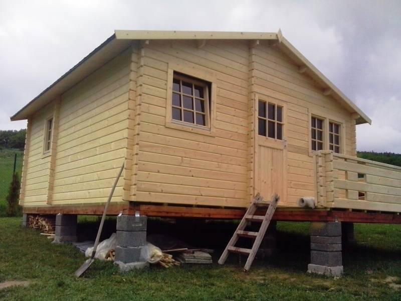 Stavba záhradnej chatky na betónové piliere